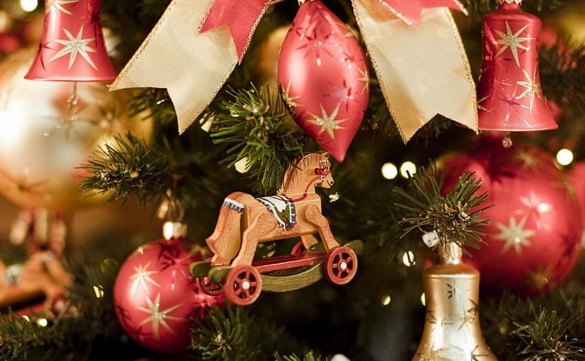 Старые елочные игрушки для новогоднего декора в стиле ретро