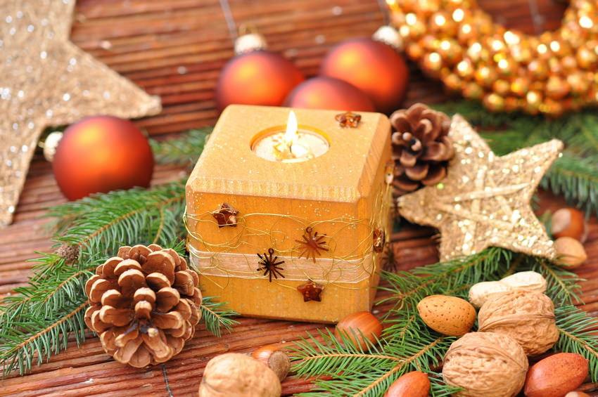 Свечи в новогоднем декоре интерьера