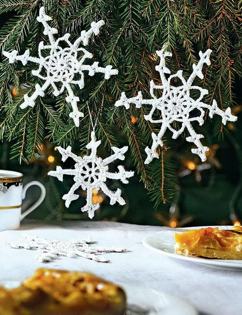 Вязаные крючком снежинки для ногоднего декора интерьера