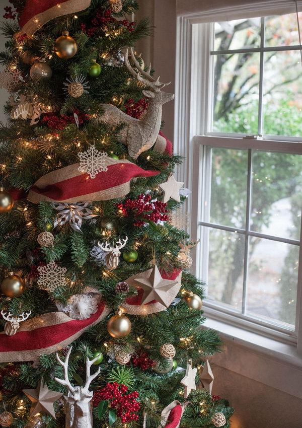 Новогодняя елка со старыми игрушками