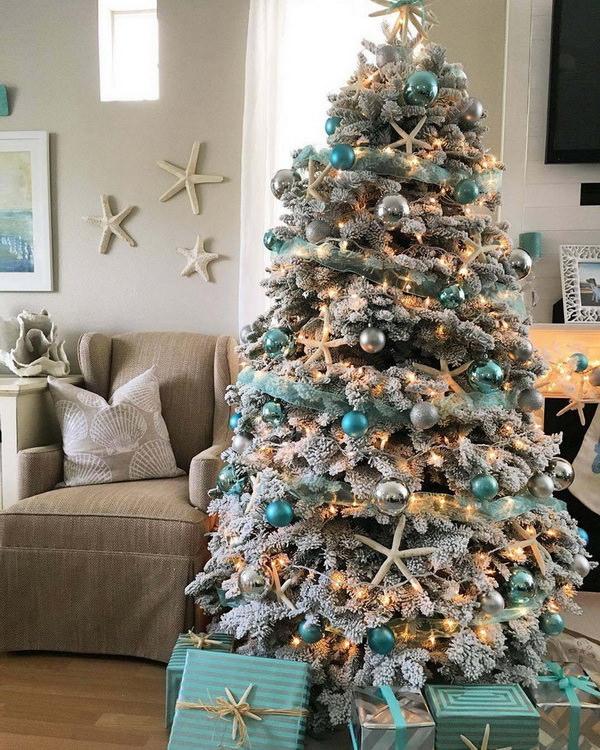 Новогодняя елка в голубых и золотистых шарах