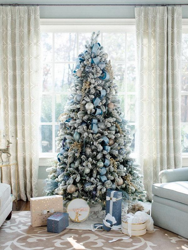 Новогодняя елка в голубых тонах