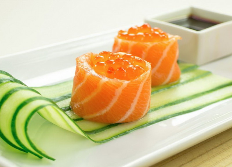 Роллы с лососем и красной икрой