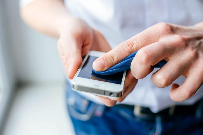 Очистка смартфона от загрязнений